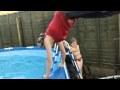 Mēģinājums no batuta ielekt baseinā